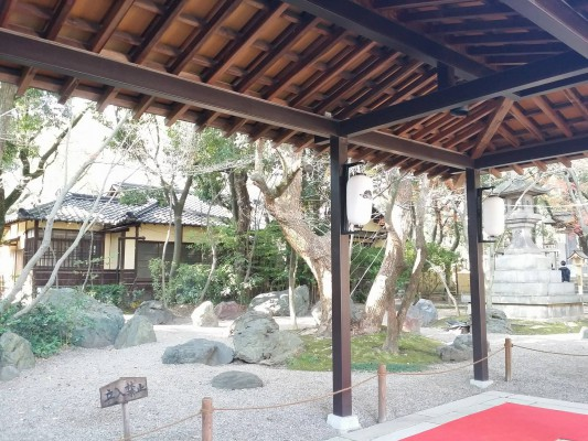 2016年正月、湊川神社の本殿までの通路
