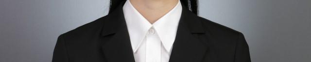 就活のシャツの襟を上まで閉める